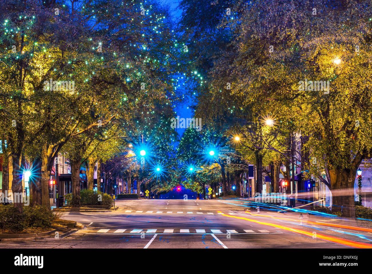 El centro de Atenas, Georgia, USA una escena nocturna. Imagen De Stock
