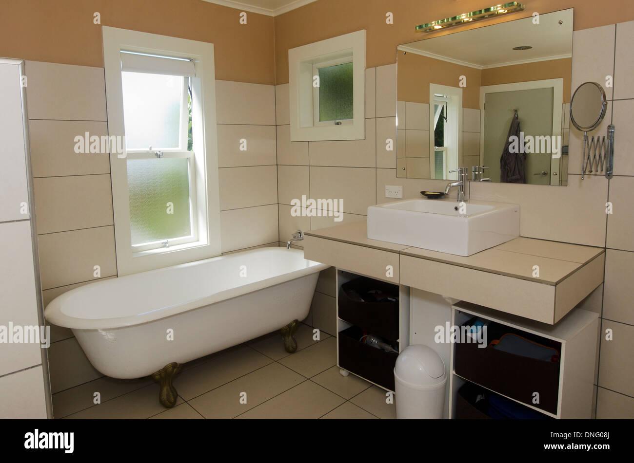 Cuarto de baño de lujo con espejos, lavamanos y bañera clásica Foto ...