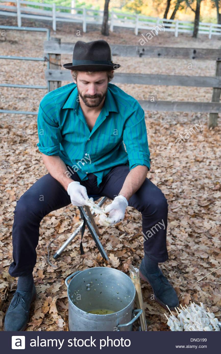 Senderos Trip Leader, Matteo, preparar brochetas de camarones para la cena en el Rancho de Thunderbird, Healdsburg, Imagen De Stock
