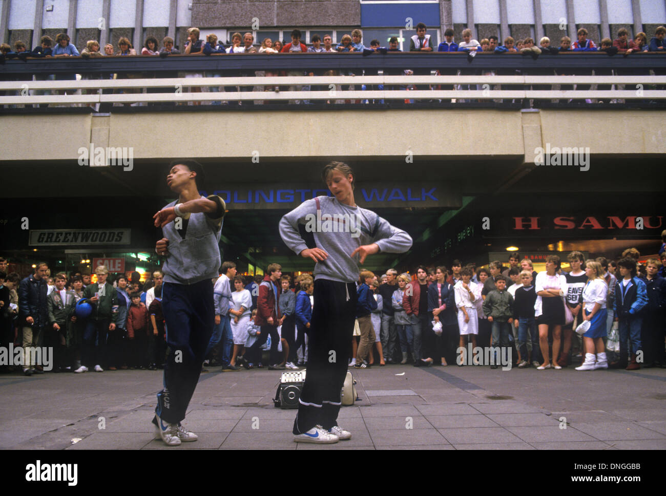 Break Dancing Stockport Lancashire. 1980 Inglaterra Gran Bretaña HOMER SYKES Imagen De Stock