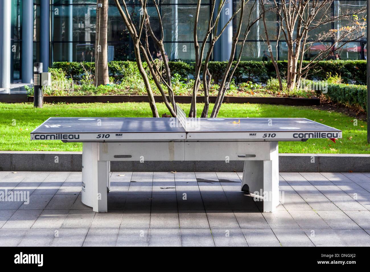Espacio verde exterior y mesa de ping-pong Cornilleau en plaza por obispos, Spitalfields, Londres Imagen De Stock