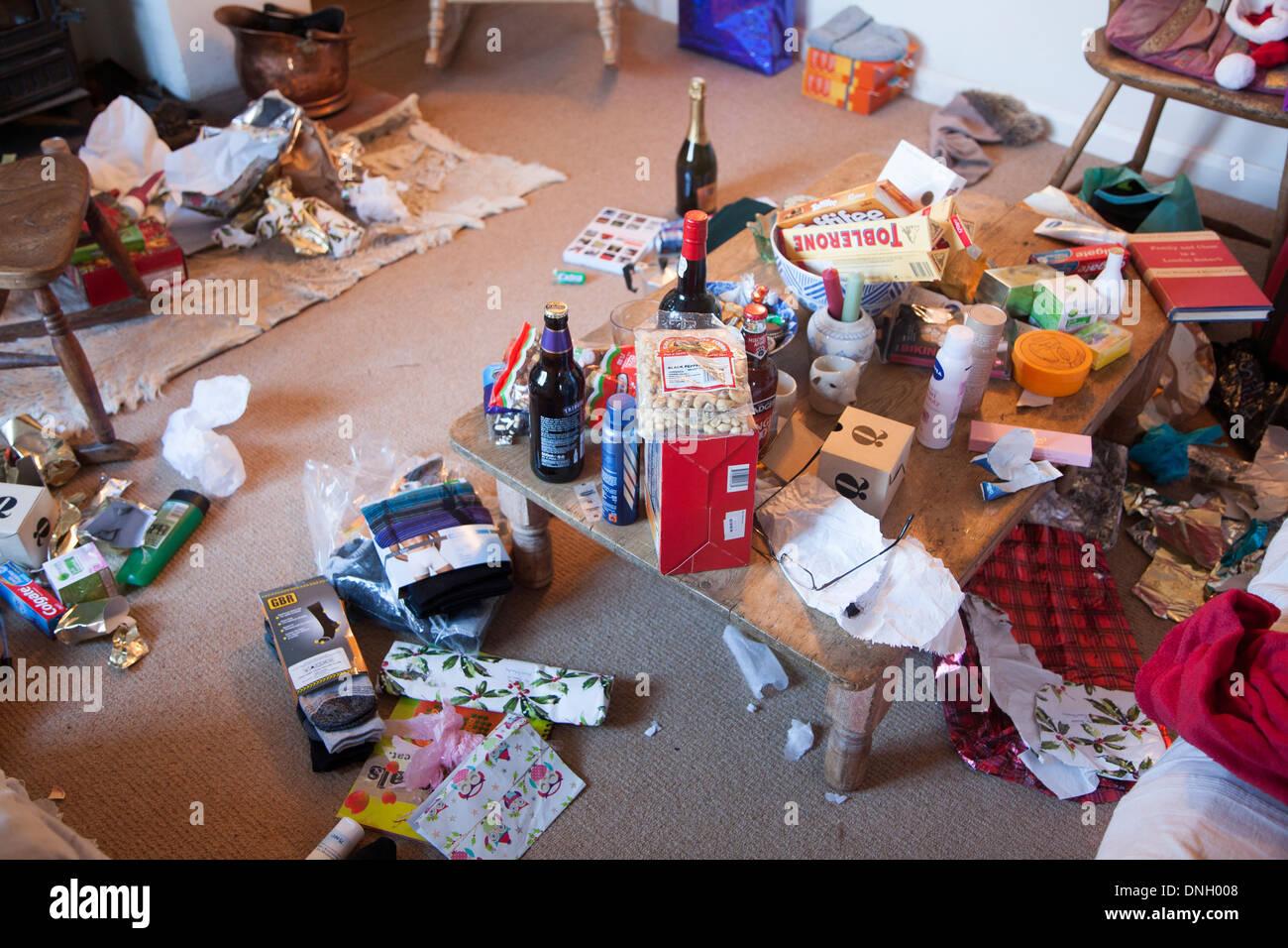 Lío de regalos de Navidad y papel de embalaje esparcidos alrededor de una casa, REINO UNIDO Imagen De Stock