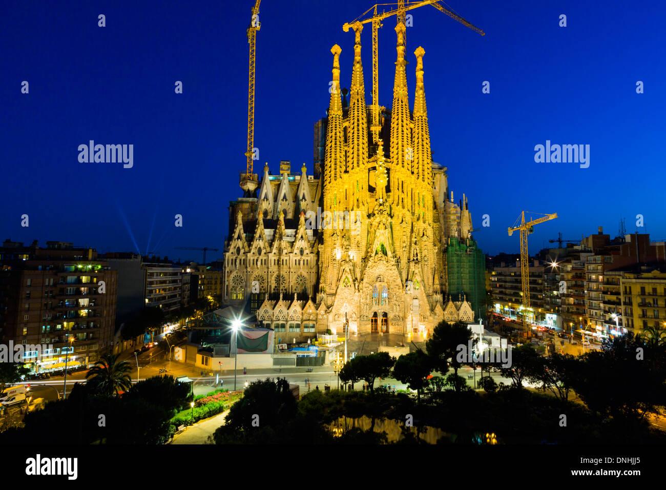 Iglesia en una ciudad, Sagrada Familia, Barcelona, Cataluña, España Foto de stock