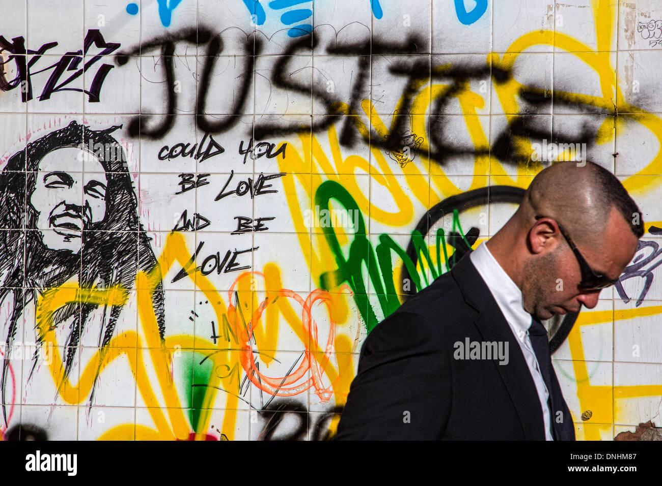 Graffiti con la palabra justicia y bob marley en las paredes de los antiguos mataderos de casablanca marruecos áfrica