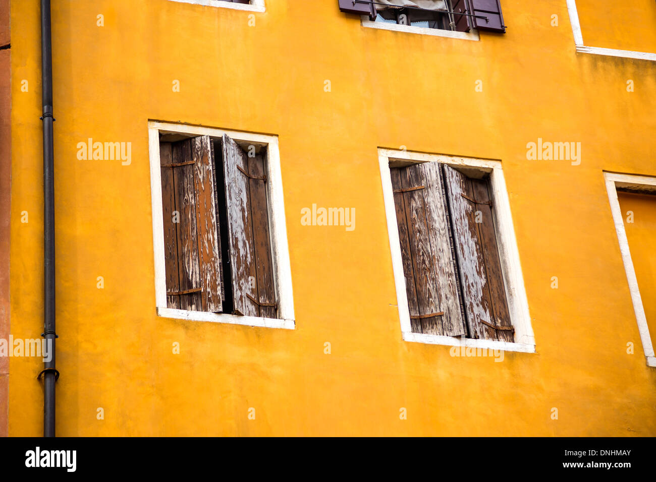 Ángulo de visión baja de un edificio residencial, Venecia, Véneto, Italia Foto de stock