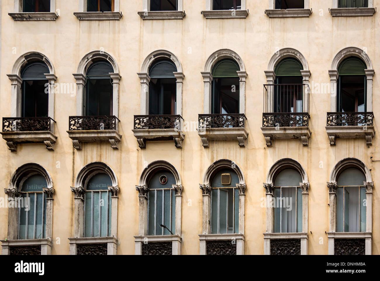 Ángulo de visión baja de un edificio, Venecia, Véneto, Italia Foto de stock