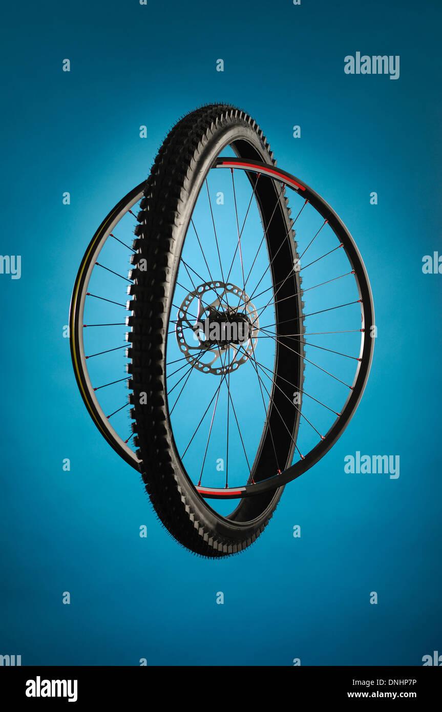 Una rueda de bicicleta y los neumáticos separados pero juntos. Imagen De Stock