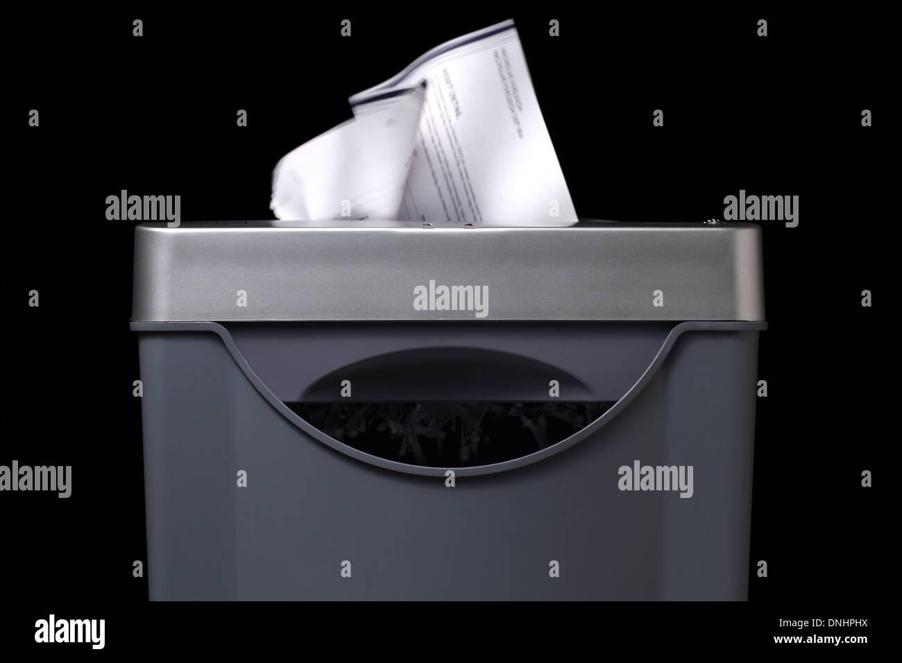 Una vista cercana de una trituradora de papel con papel va por dentro. Imagen De Stock