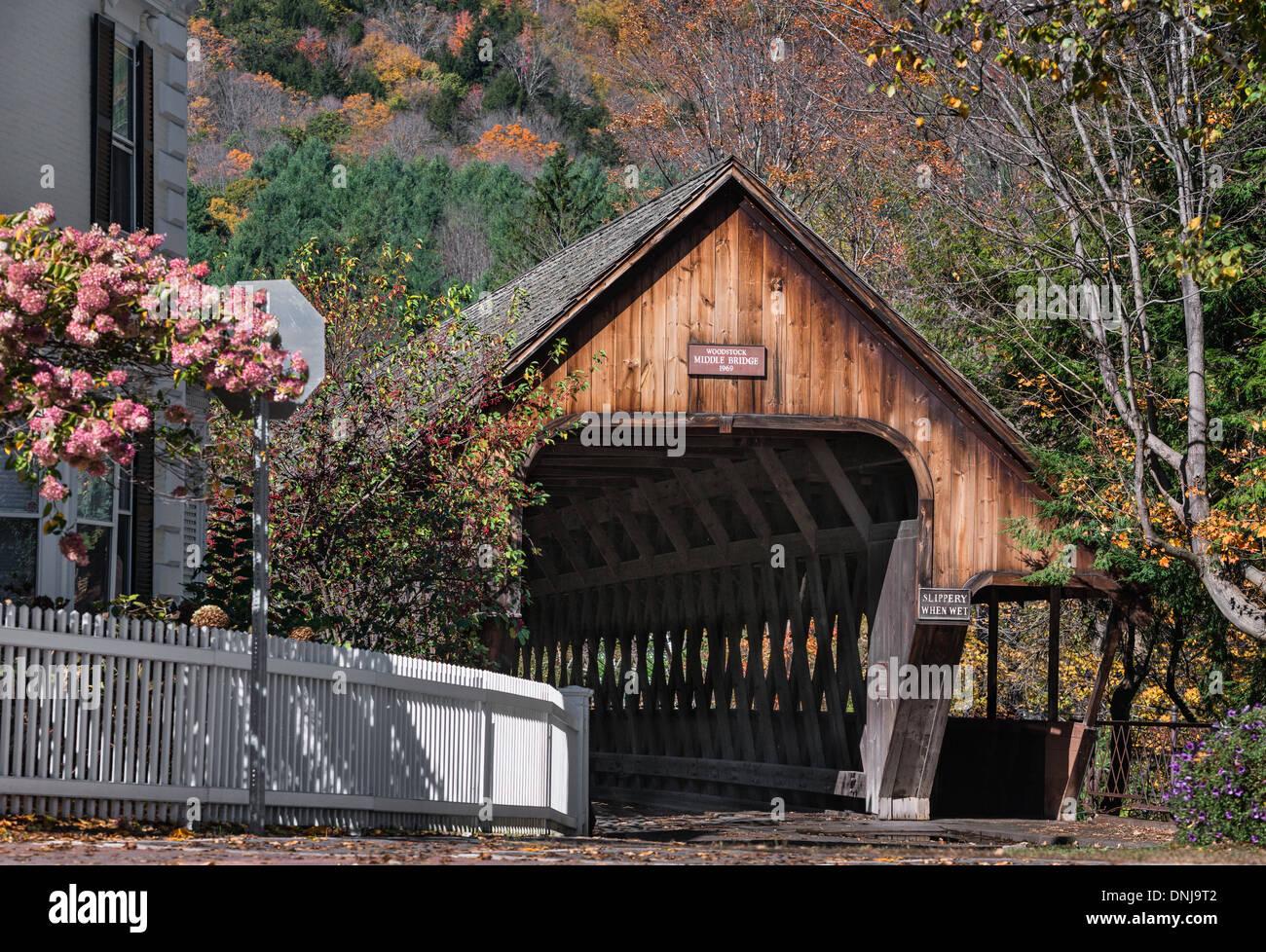 Puente cubierto, Medio Puente, Woodstock, Vermont, EE.UU. Imagen De Stock
