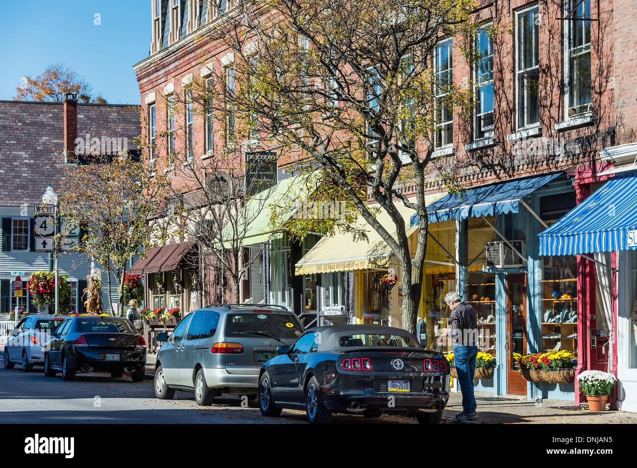 Encantadoras tiendas de la calle principal en el pueblo de Woodstock, Vermont, EE.UU. Imagen De Stock