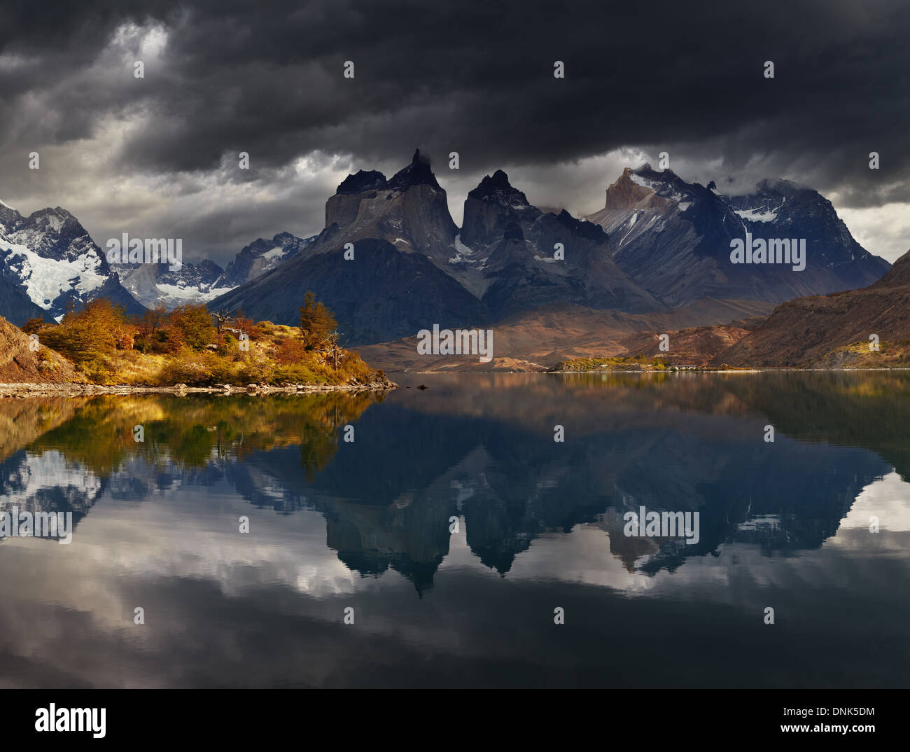 Amanecer en el Parque Nacional Torres del Paine, el Lago Pehoé y los Cuernos montañas, Patagonia, Chile Imagen De Stock