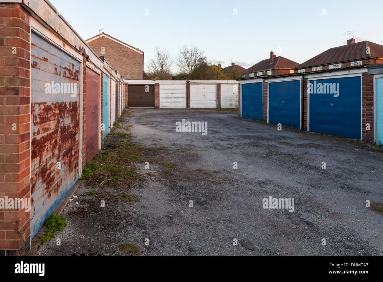 Bloqueos. Un grupo de Lock up garajes en una urbanización, Nottinghamshire, Inglaterra, Reino Unido. Imagen De Stock