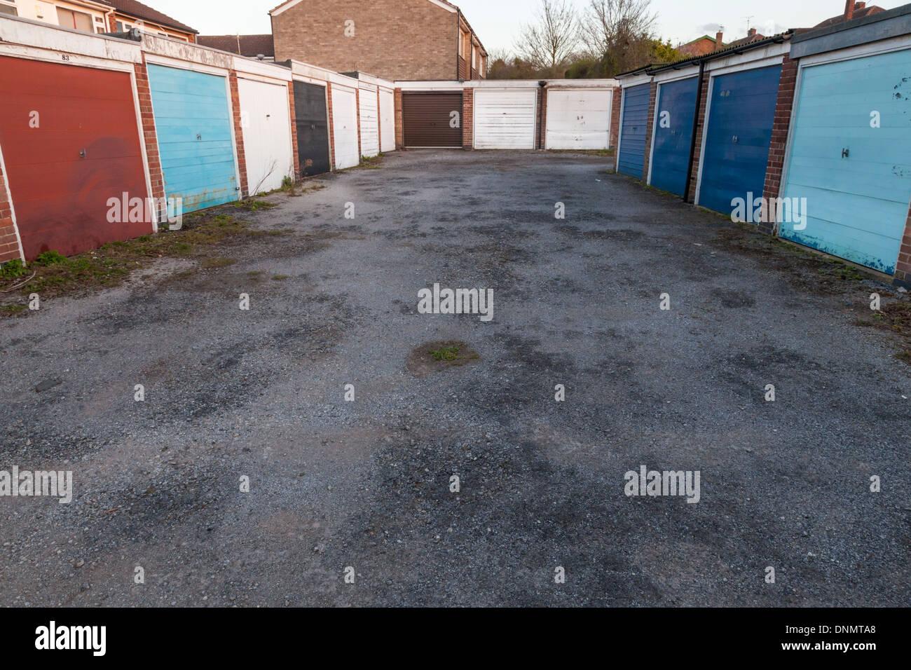 Lock up garajes en una urbanización, Nottinghamshire, Inglaterra, Reino Unido. Foto de stock