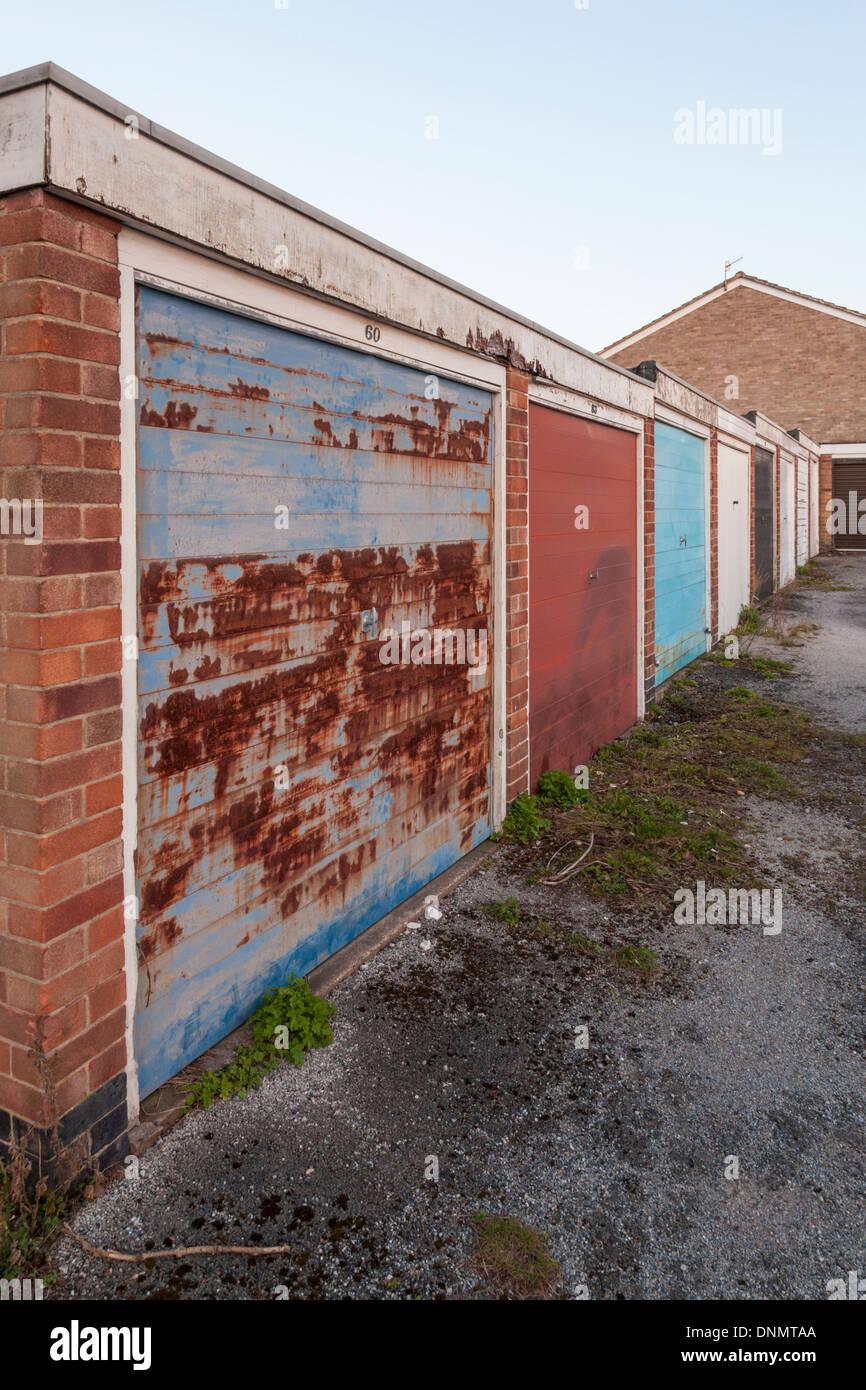 Antiguo garaje cerrado al final de una hilera de garajes en una urbanización, Nottinghamshire, Inglaterra, Reino Unido. Imagen De Stock