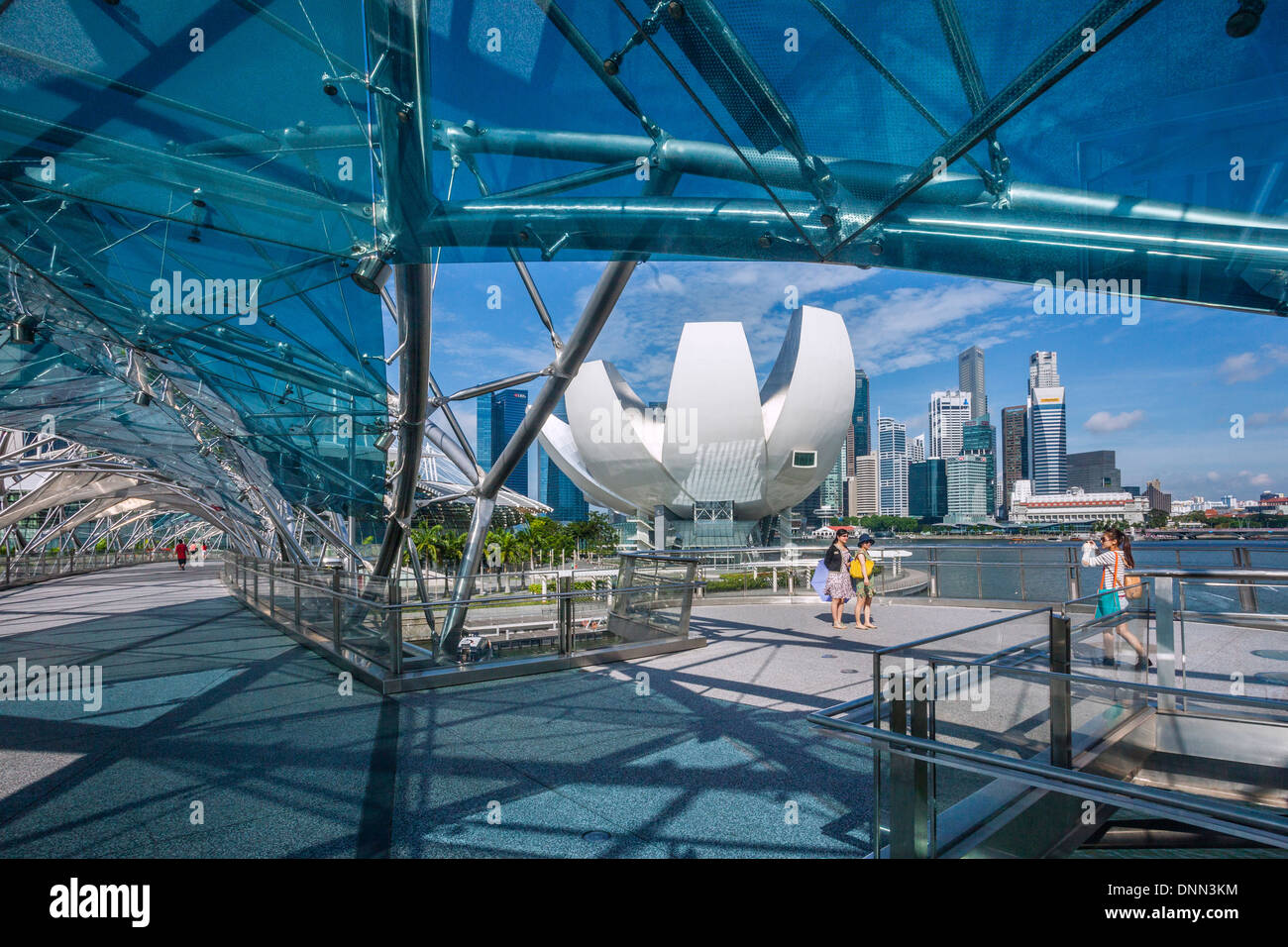 Singapur, vista del Museo de la ciencia, del arte y del horizonte de Singapur Marina Bay de Helix Bridge Imagen De Stock