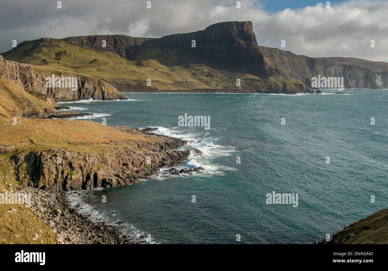 Moonen Bay en Neist Point en Duirnish, el punto más al oeste en la Isla de Skye. La característica prominente es Foto de stock