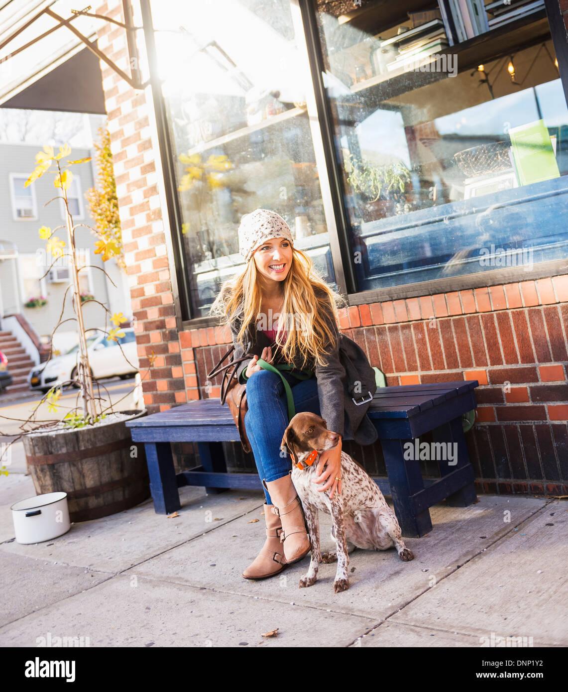 Ee.Uu., la ciudad de Nueva York, Brooklyn, Williamsburg, Retrato de mujer rubia con perro Imagen De Stock