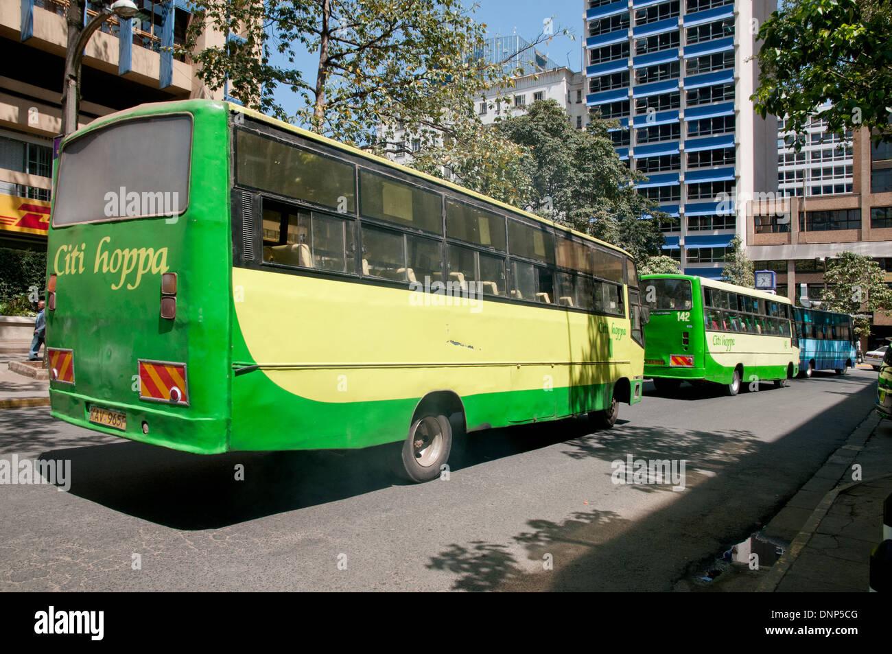 Dos buses verde y azul Citi Hoppa Bus Kenya KBS Service bus en Simba Street en el centro de Nairobi Kenya Imagen De Stock