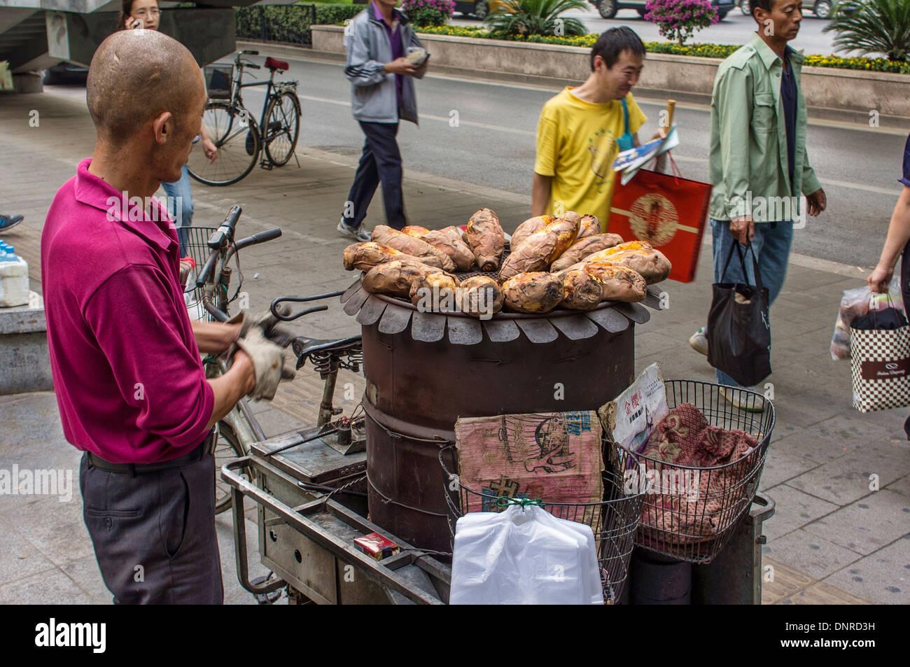 Proveedor de camote asado en Pekín, China Foto de stock