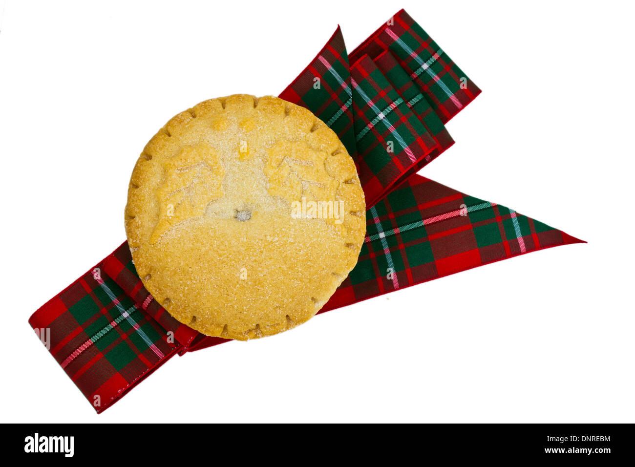 Pastel de Carne picada cocida y una cinta de tartán aislado en blanco. Imagen De Stock