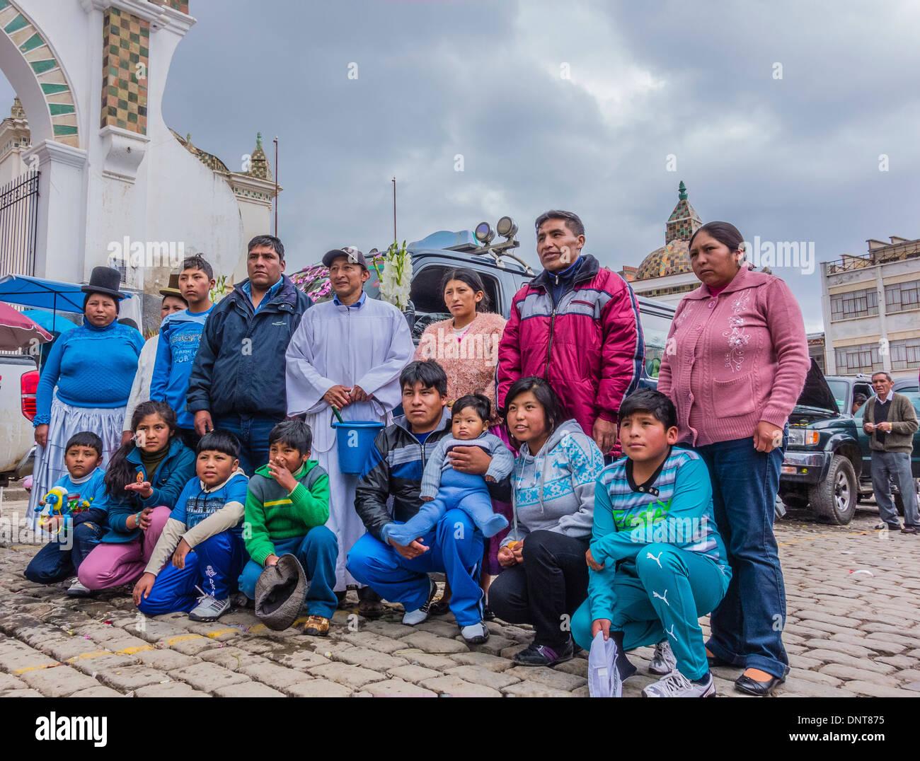 Una familia numerosa agrupación, en la bendición de los automóviles en el atrio de la Basílica de Nuestra Señora de Copacabana, Bolivia. Imagen De Stock