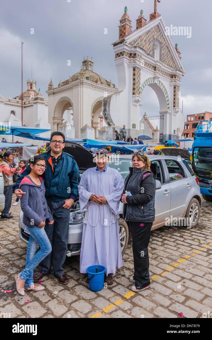 Una pequeña agrupación familiar en la bendición de los automóviles en la Basílica de Nuestra Señora de Copacabana en Copacabana, Bolivia. Imagen De Stock