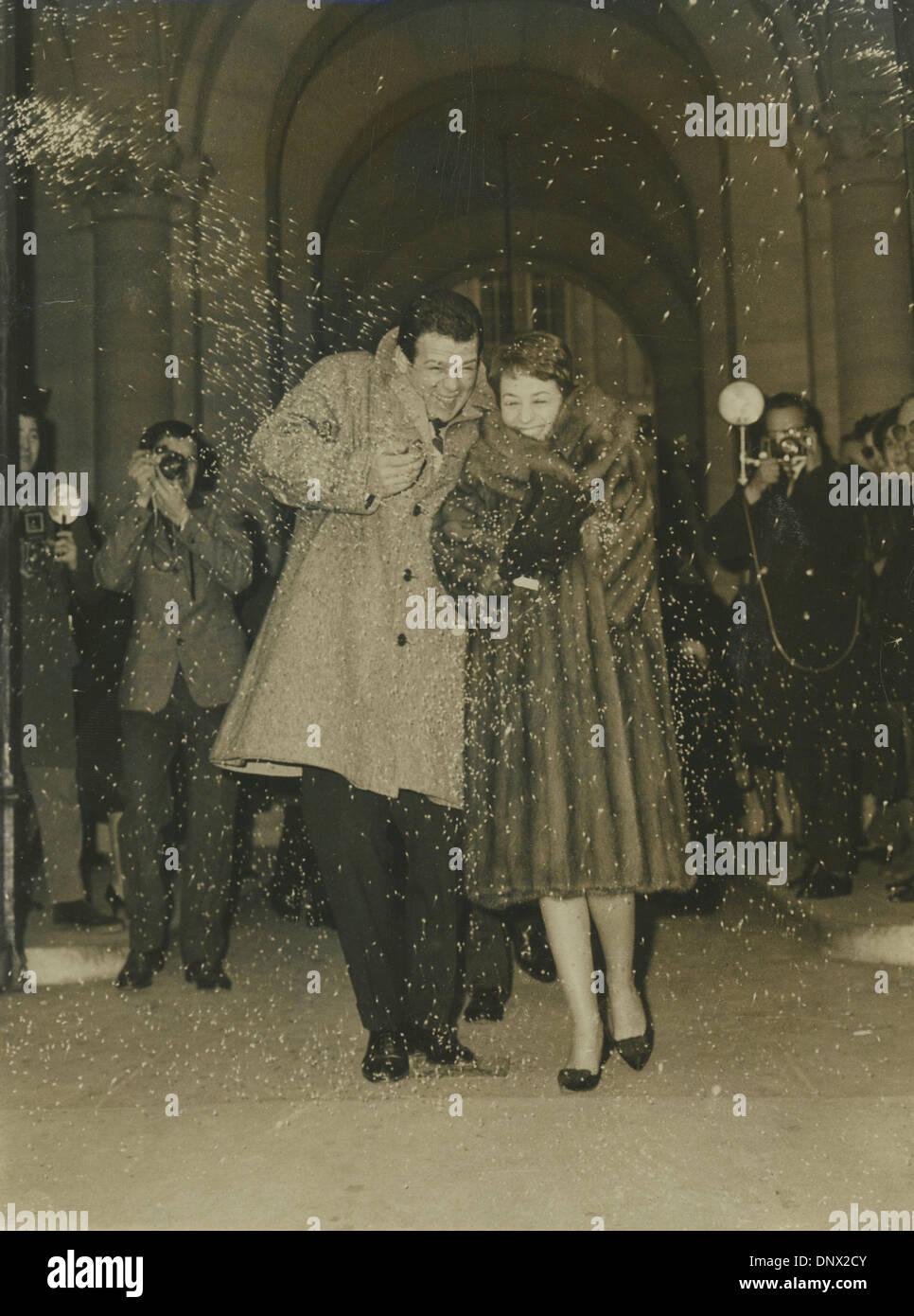 Jan 06, 1962 - Roma, Italia - RENATO SALVATORI y su nueva esposa Annie Girardot deje ayuntamiento mientras el arroz blanco son lanzados en el aire. (Crédito de la Imagen: © KEYSTONE Pictures/ZUMAPRESS.com) Foto de stock