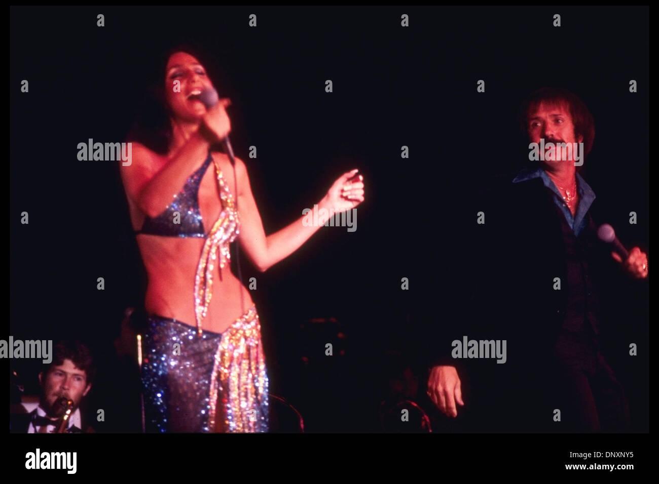 Hollywood, CA, EE.UU.; Cher y Sonny Bono actuando en una foto sin fecha. Crédito obligatorio: Kathy Hutchins/ZUMA Press. (©) Kathy Hutchins Imagen De Stock