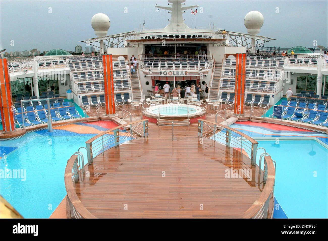 Swimming Pool Royal Caribbean Cruise Imágenes De Stock   Swimming ... 76d85f9b933e