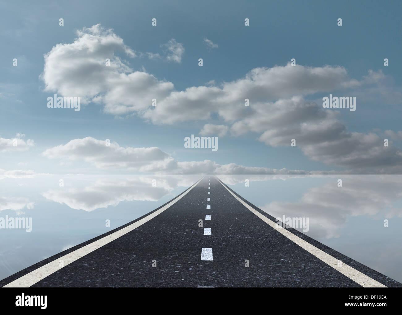 Agua tranquila carretera y Sky. Imagen De Stock
