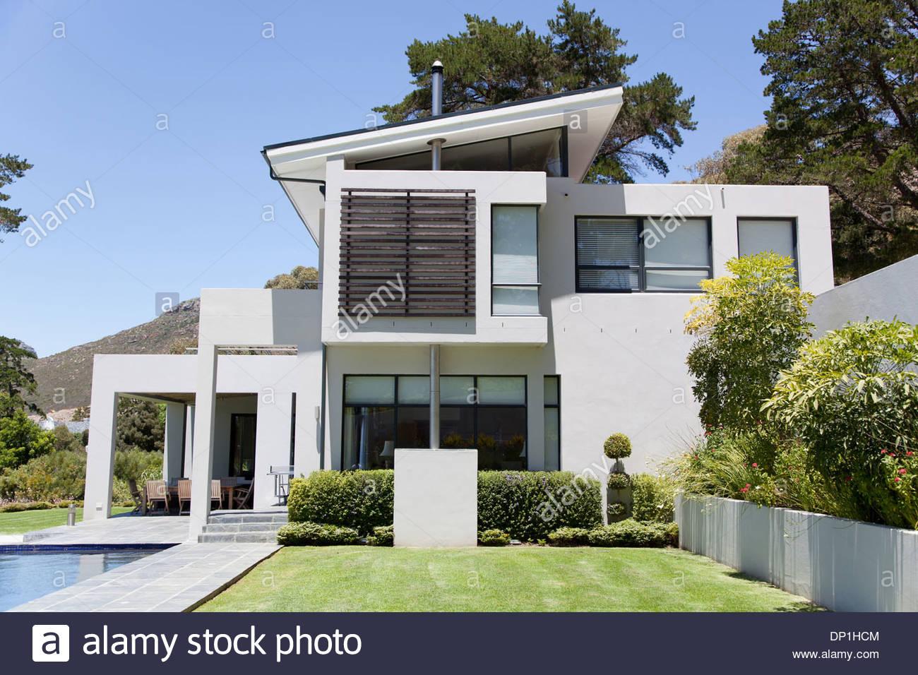 Moderna casa con piscina Imagen De Stock