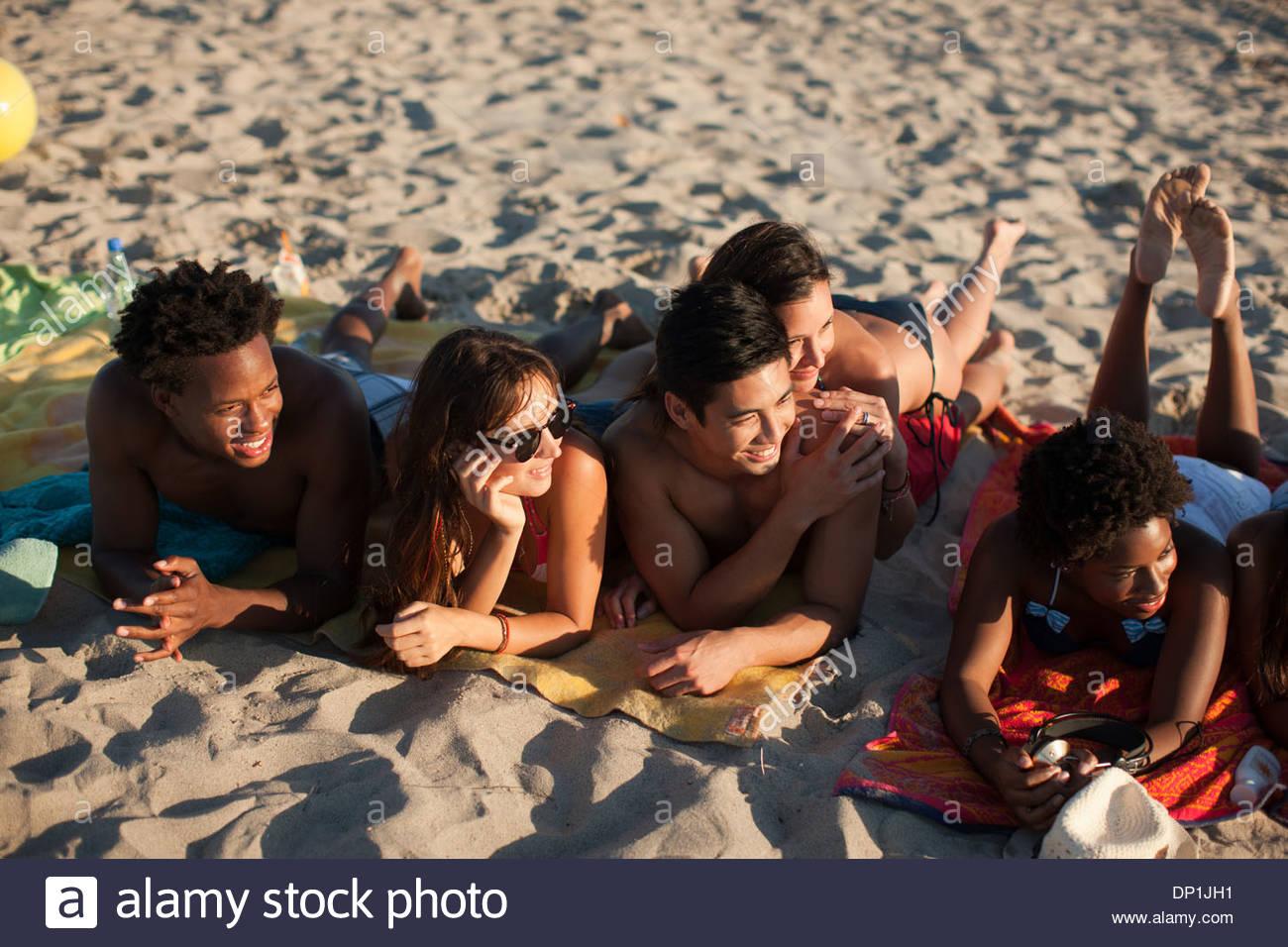 Amigos en la playa Imagen De Stock