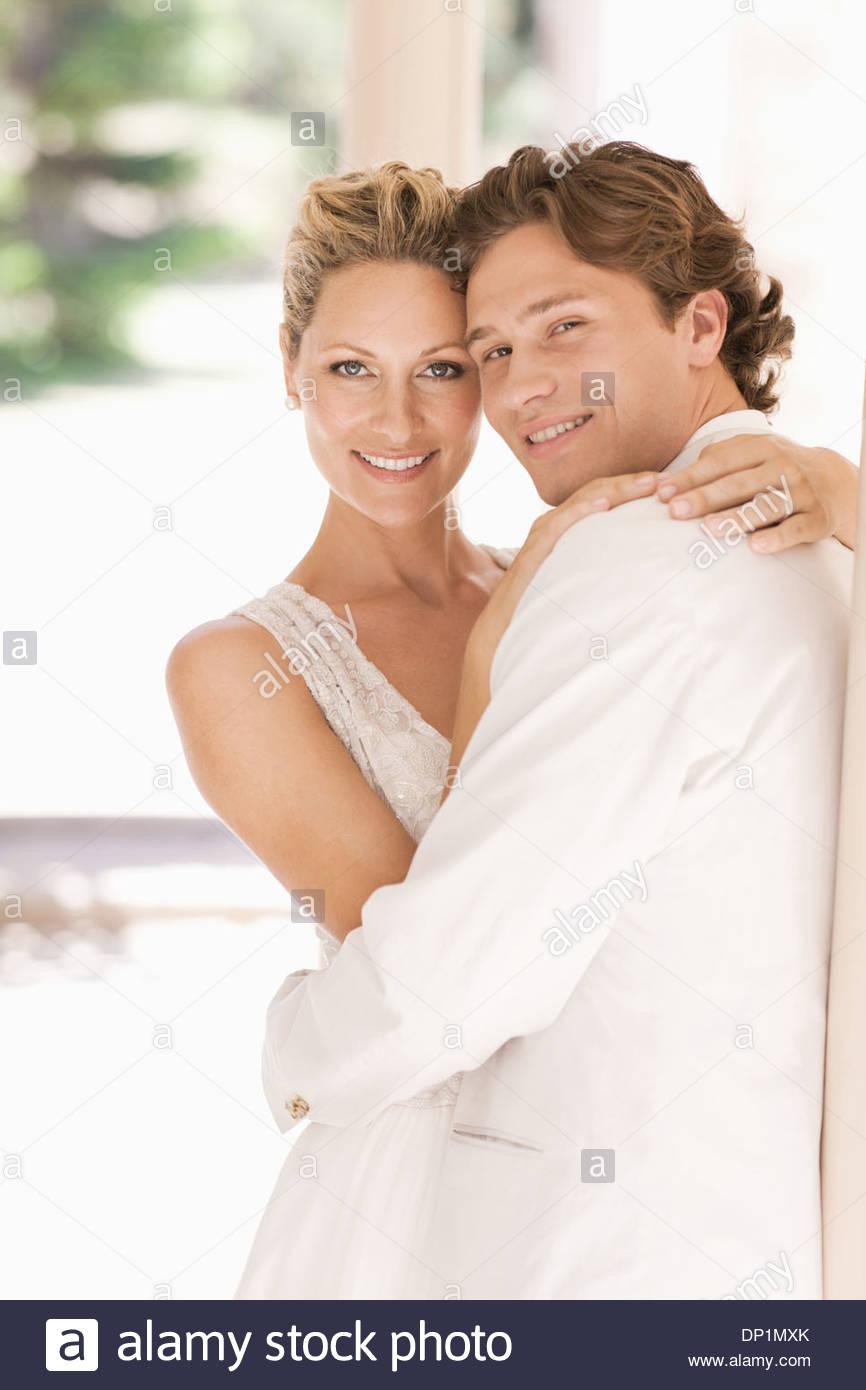 La novia y el novio abrazando Imagen De Stock