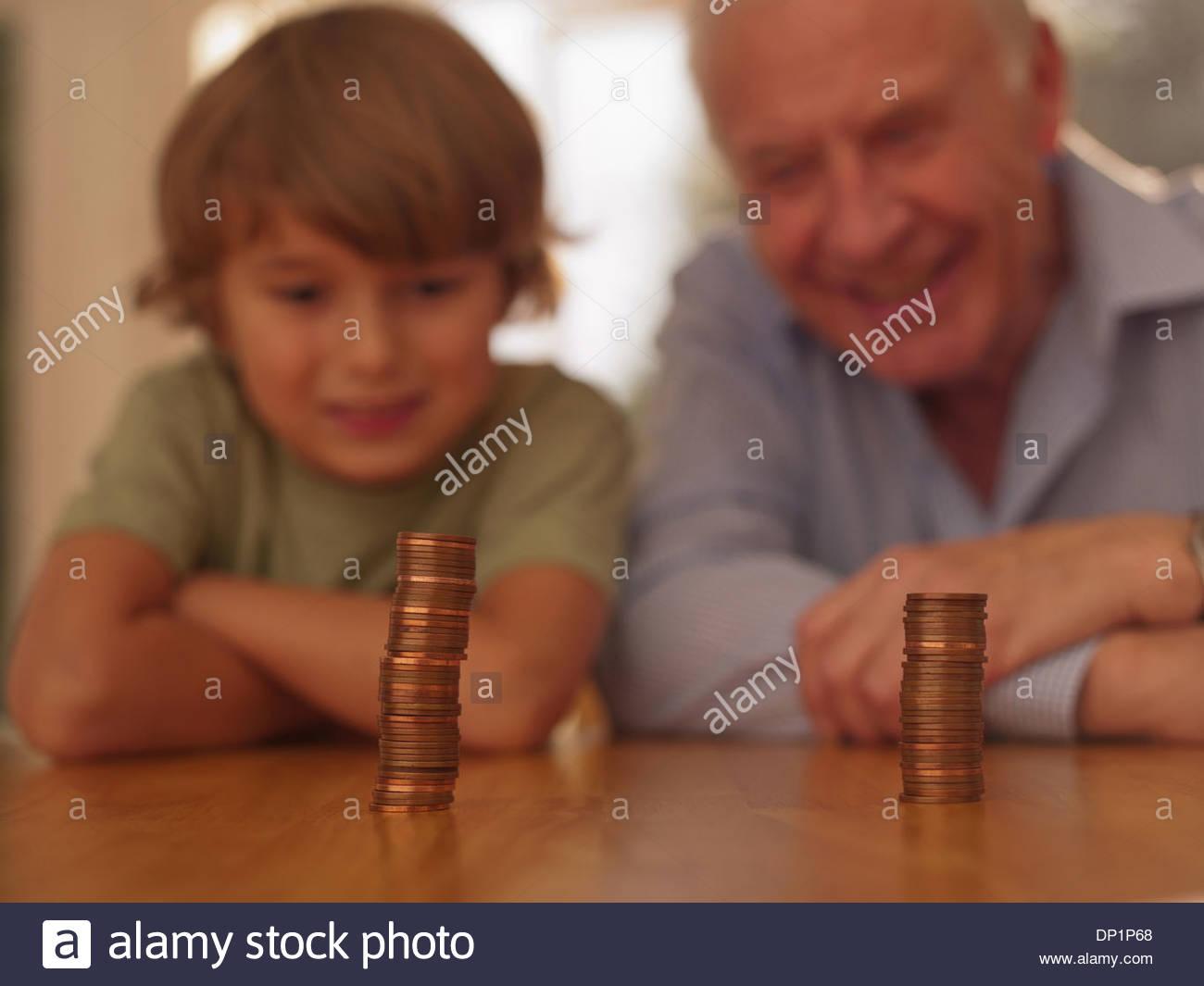 Abuelo y nieto buscando monedas Imagen De Stock