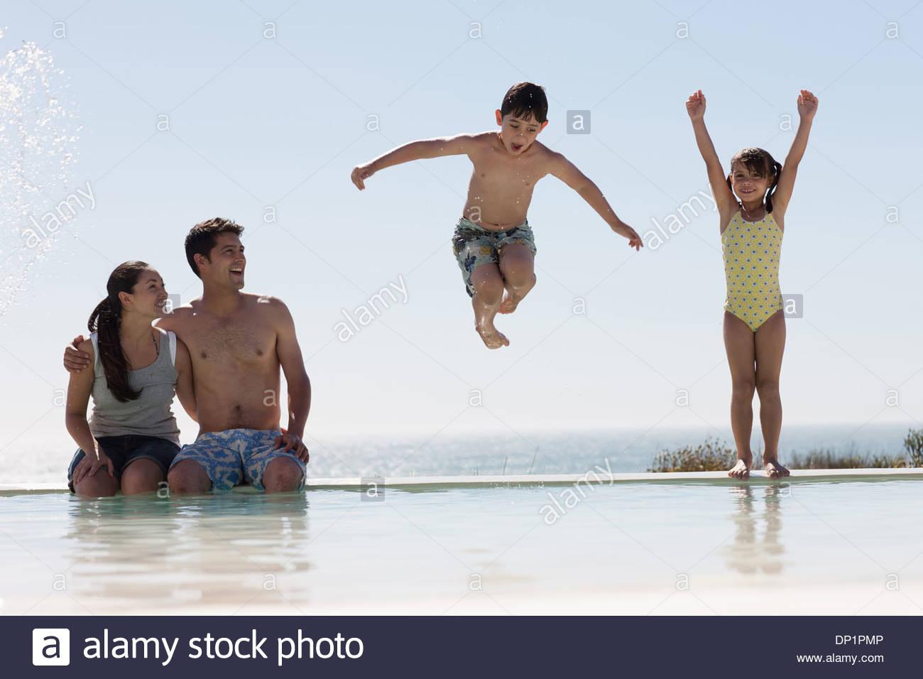 Familia jugando en la piscina Imagen De Stock