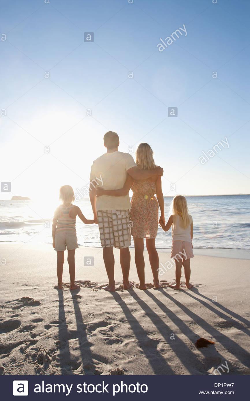 Las manos de la familia en la playa Imagen De Stock