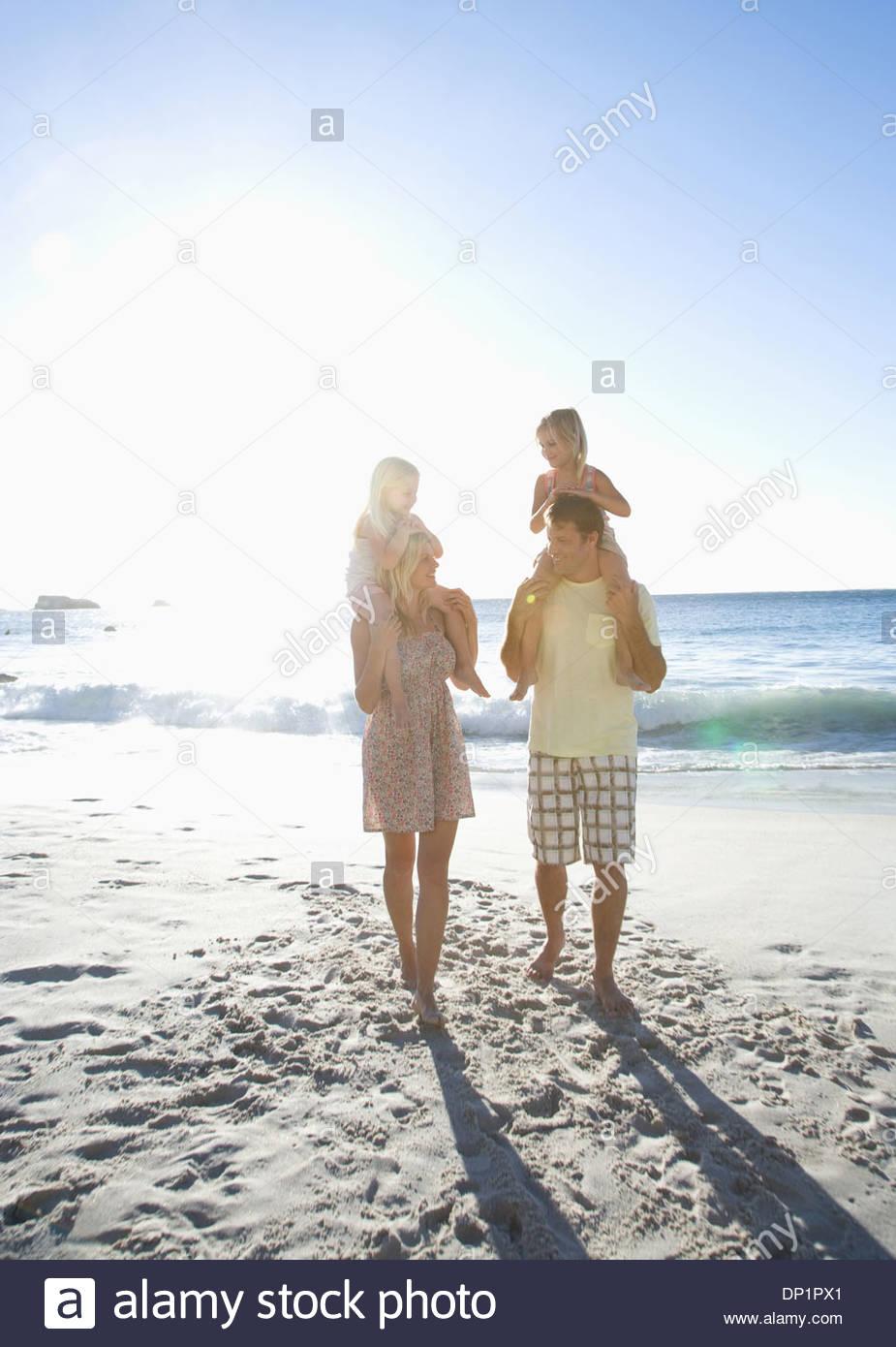 Familia en la playa Imagen De Stock