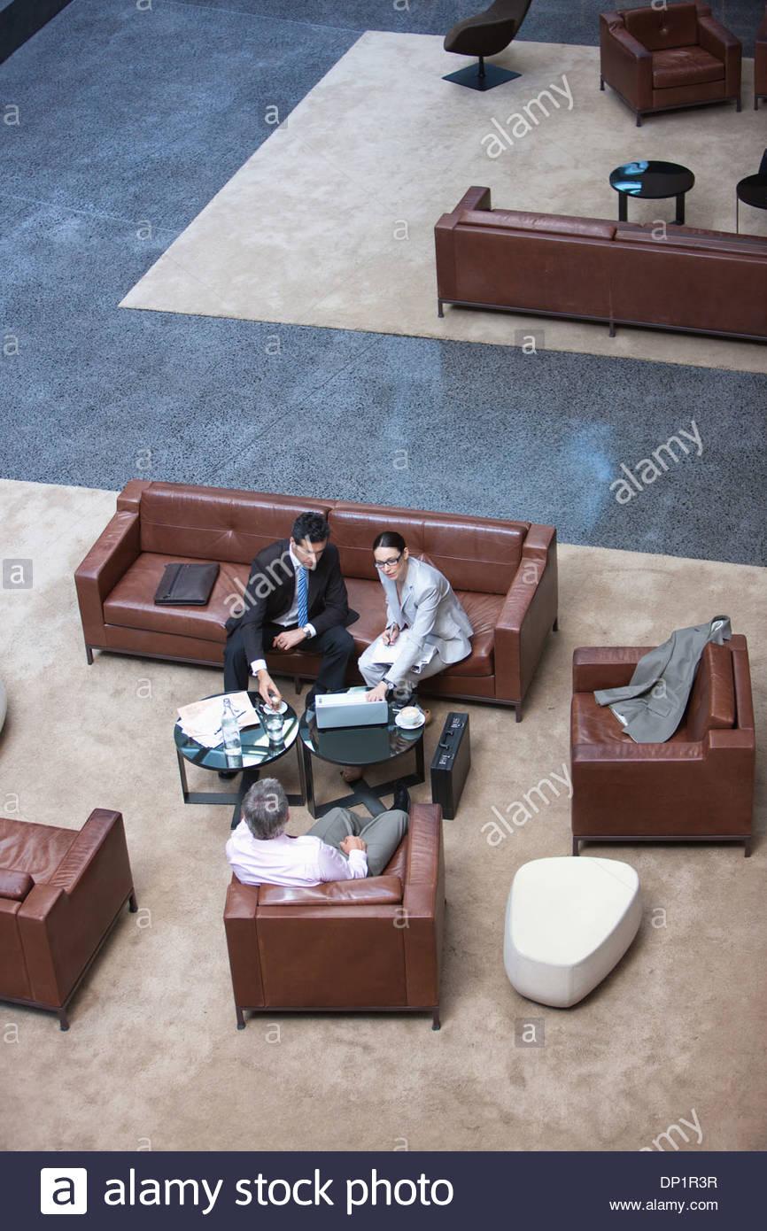 La gente de negocios en el vestíbulo de reunión Imagen De Stock