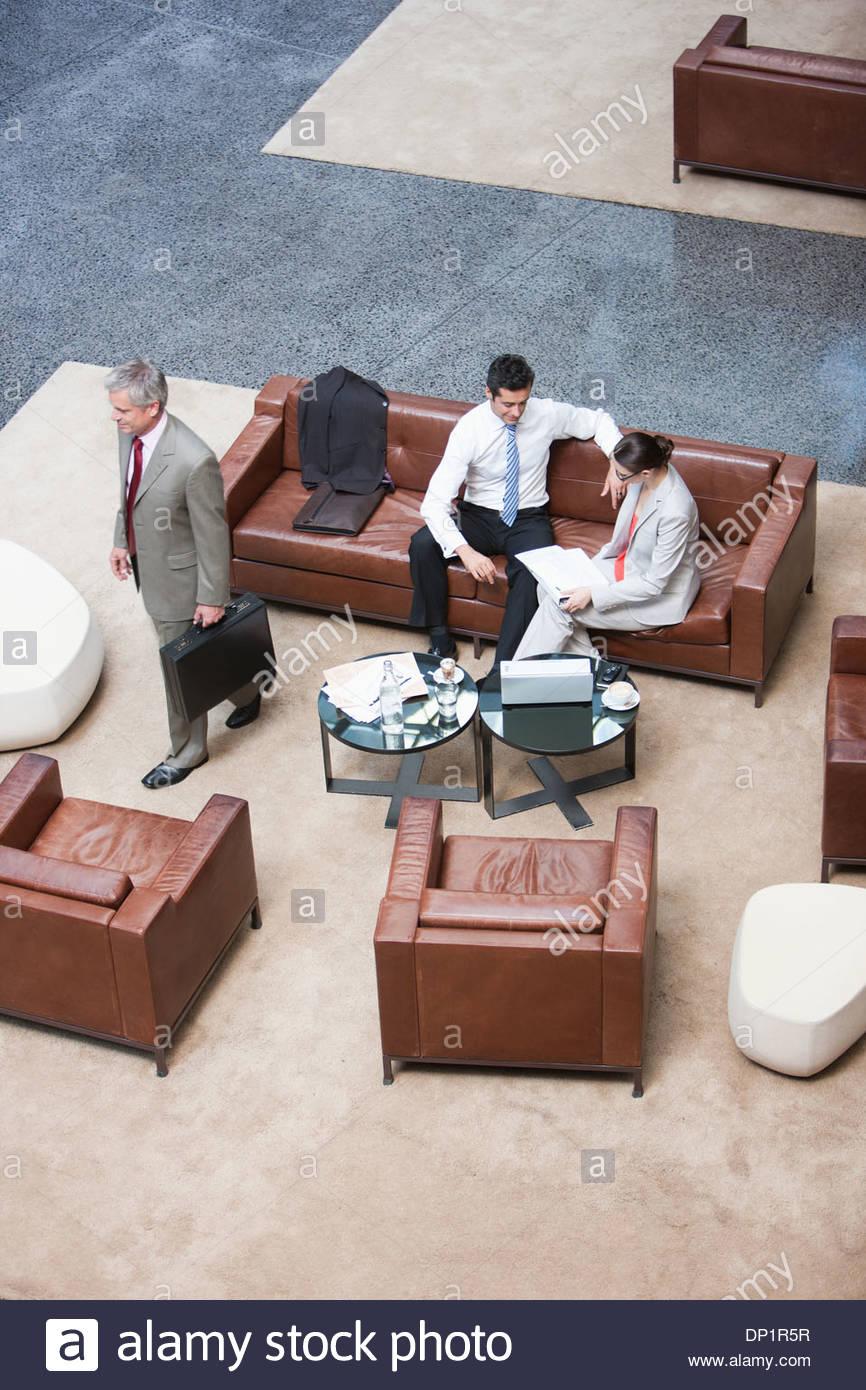 La gente de negocios en el vestíbulo Imagen De Stock