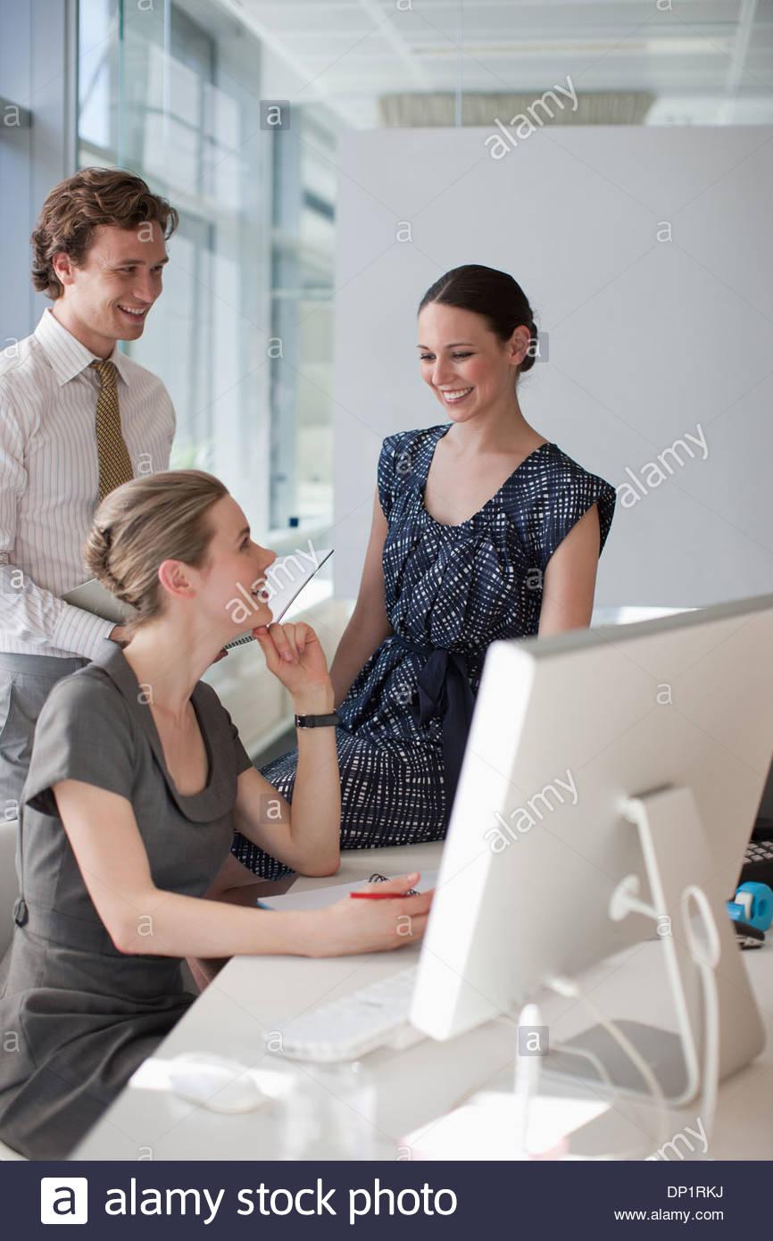 La gente de negocios en un escritorio en la oficina Imagen De Stock