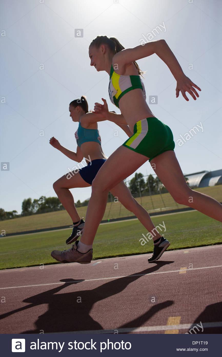 Las mujeres girando en la vía Imagen De Stock