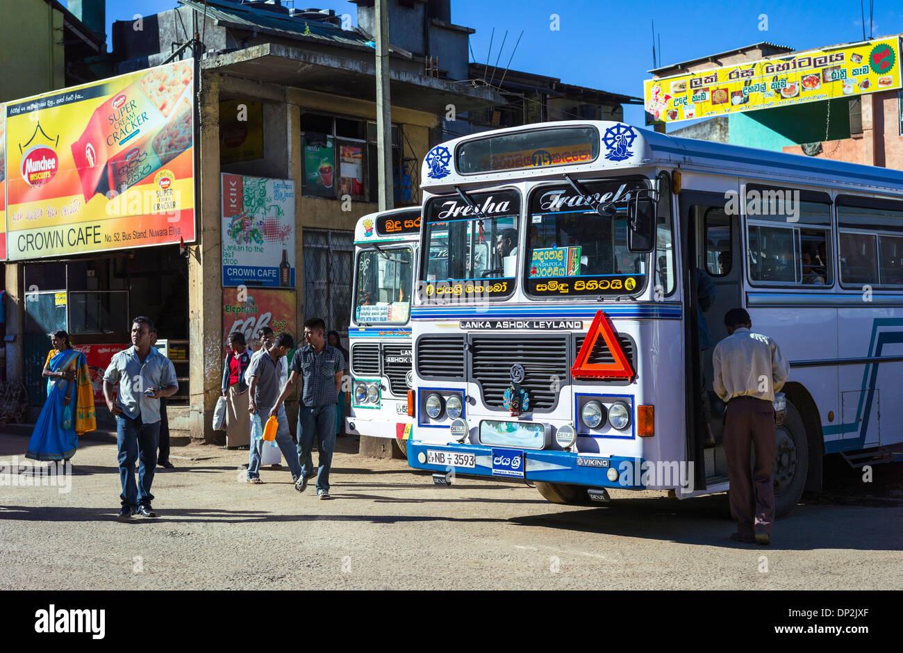 Asia Sri Lanka, Nuwara Eliya, la gente local en la estación de autobuses Imagen De Stock