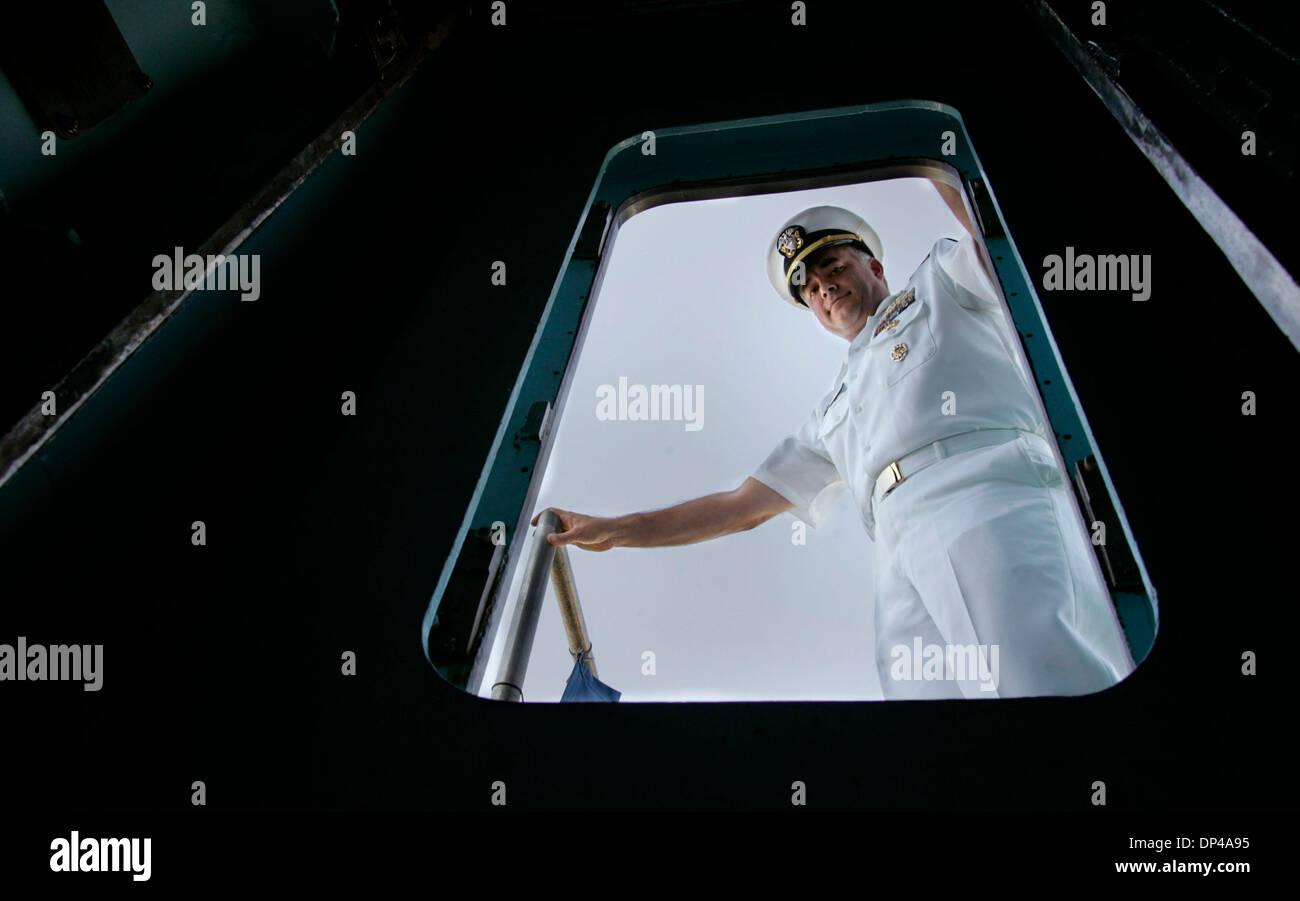 Agosto 02, 2006; San Diego, CA, EE.UU.; el Comandante de la Marina estadounidense, Andrew Wilde, comandante de la USS Dolphin, la Marina de EE.UU. el último submarino Diesel Eléctrico mira hacia el sub de la berlina. Las llamadas sub Base Naval de Point Loma home y está programado para ser retirado a finales de este año. El Dolphin completó recientemente un reciente $50 millones la reparación y actualización. Foto de crédito: obligatorio Imagen De Stock