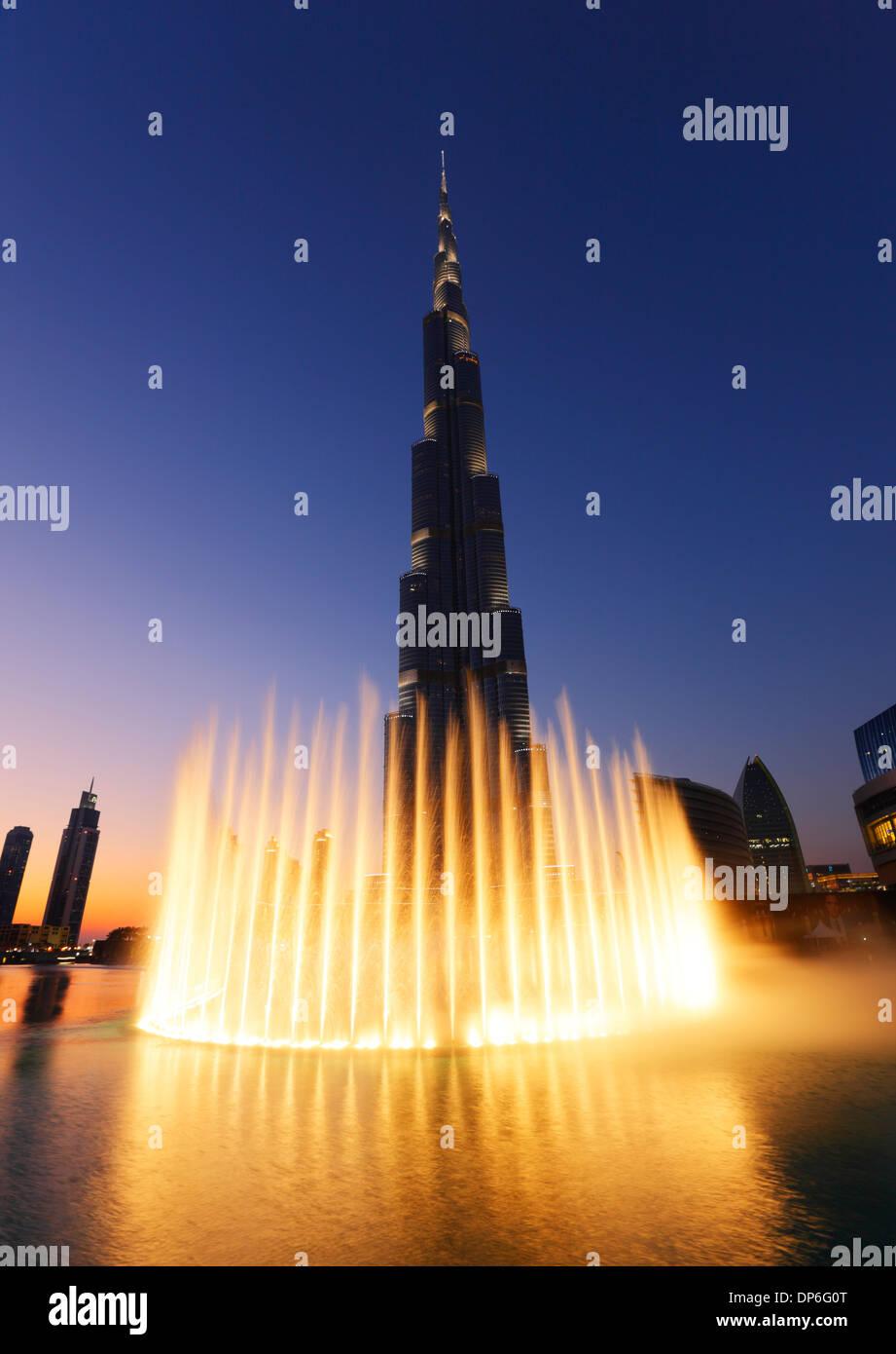 Dubai, Burj Khalifa y fuente luminosa. Foto de stock