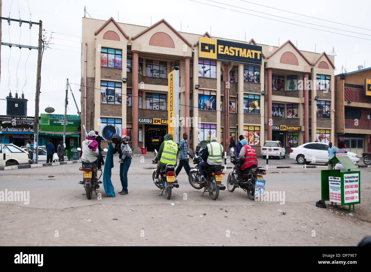 Ciclo del motor taxis esperan a clientes en Eastmatt supermercado en Nairobi Namanga Road Kaijado África Kenia Imagen De Stock
