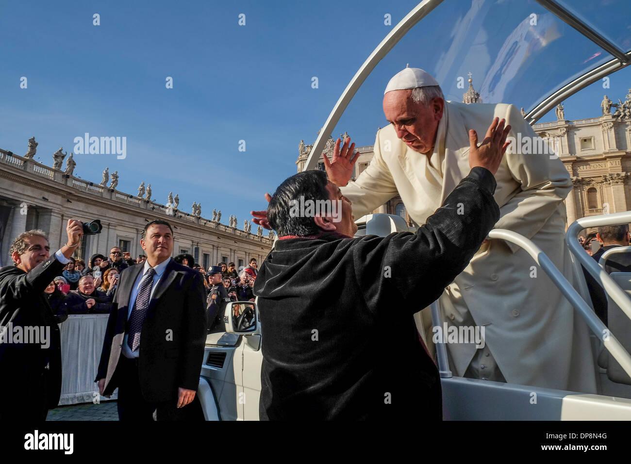 Vaticano, Roma, Italia. 08 ene, 2014. El Papa Francisco reconocer un viejo amigo en la muchedumbre, Rev. Fabian Foto de stock