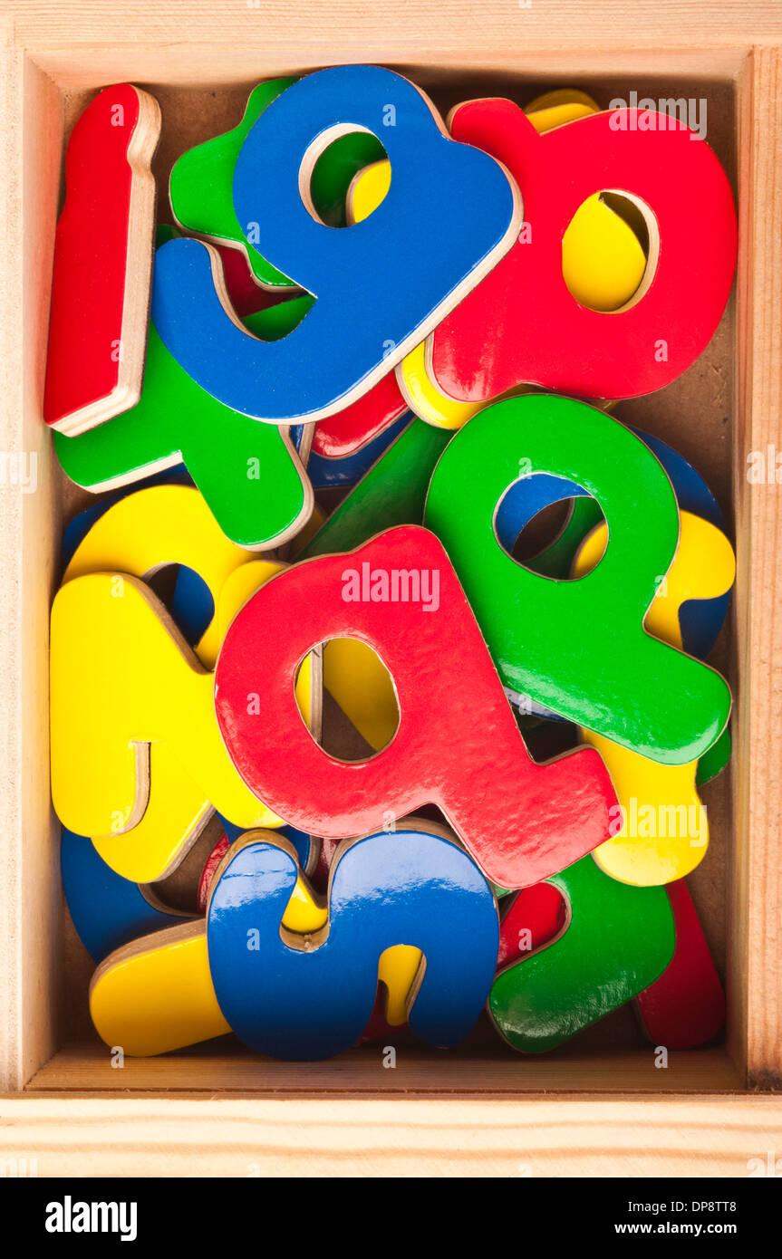 Coloridos de madera las letras del alfabeto en una caja Imagen De Stock
