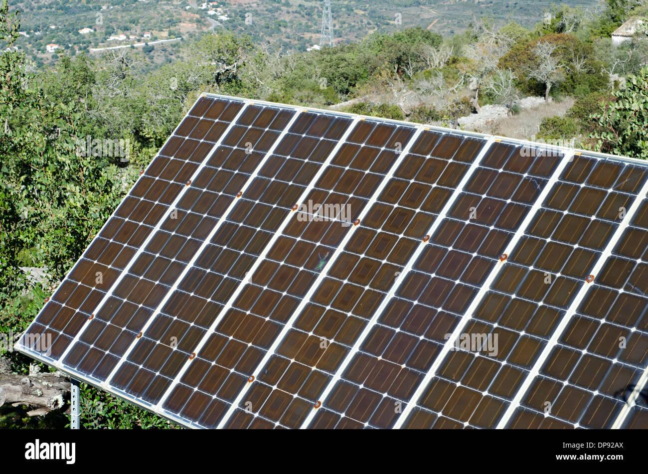 Paneles solares en el campo tree top ajuste. Imagen De Stock