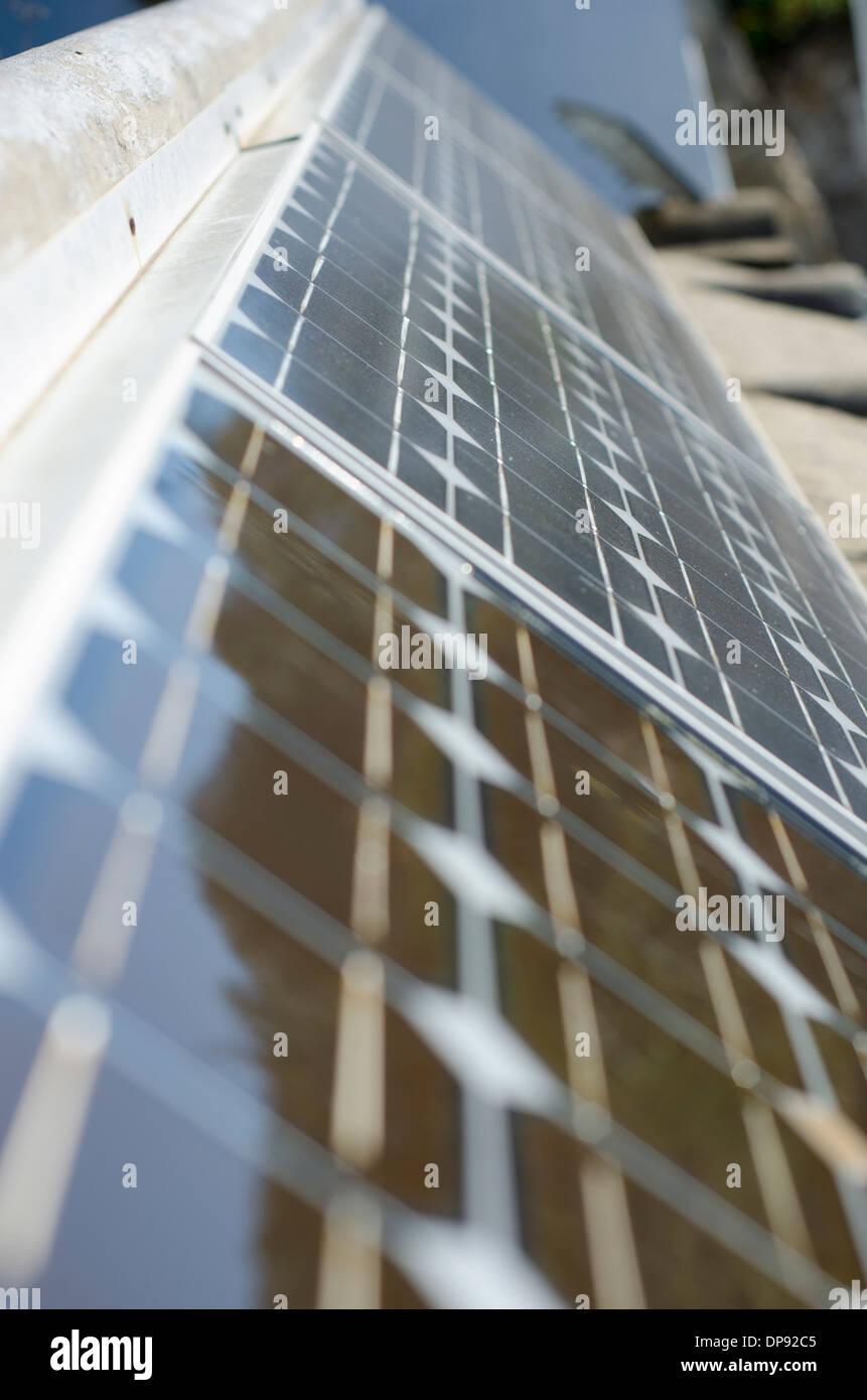 Los paneles solares que refleja el entorno Imagen De Stock