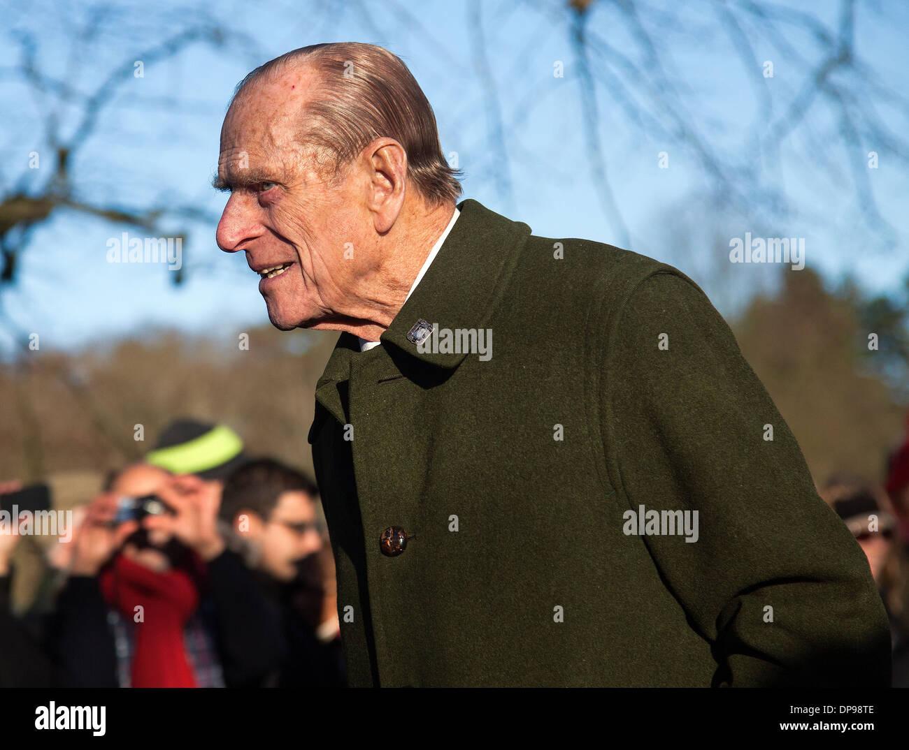 El príncipe Felipe, Duque de Edimburgo, asiste a la familia real servicio en Sandringham el día de Navidad de 2013 Imagen De Stock